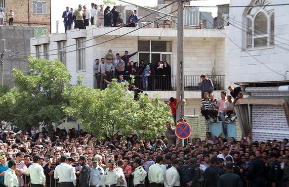 اعدام سه مرد در ملاء عام (عکس قبلی) در یک منطقه مسکونی در مشهد با حضور جمعیت زیادی که میتوانستند حتی از منزلهایشان اجرای حکم را تماشا کنند.